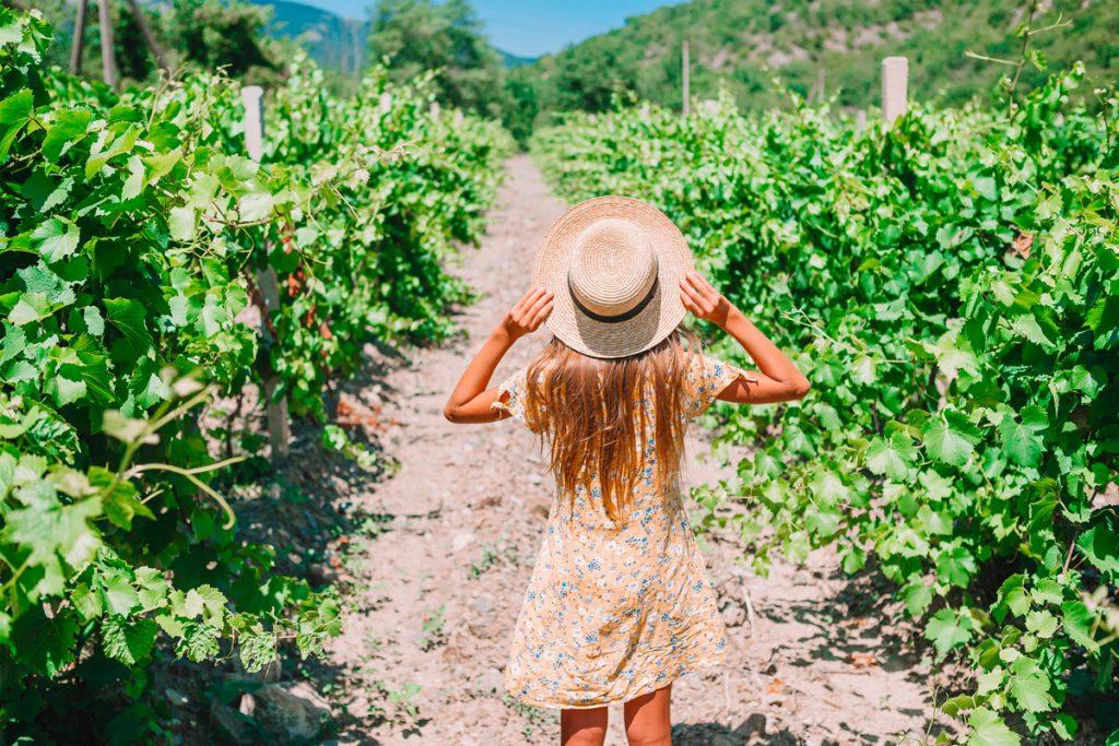 Foto di una ragazza che prende il sole